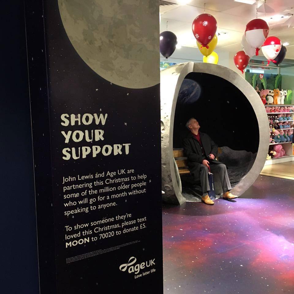 ภายใน John Lewis มีมุมหนึ่งจัดให้พื้นที่ของแคมเปญ Man on The Moon ที่เห็นนั่งอยู่นั่น ลูกค้าตัวจริงของห้างฯ