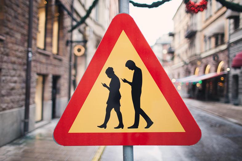 Verkehrsschilder-in-Stockholm-warnen-vor-Menschen-mit-Smarthphone-3